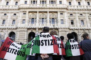 protesta Eternit davanti al tribunale