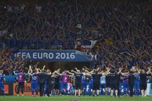 """Il """"Geyser Sound"""", l'esultanza eseguita in unisono tra giocatori e tifosi islandesi"""