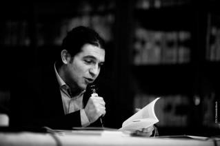 Davide-Ferrari-durante-una-lettura-pubblica-a-Pavia-319x212