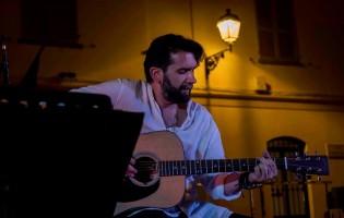 Una panchina rossa per riflettere: intervista al cantautore Andrea Vercesi