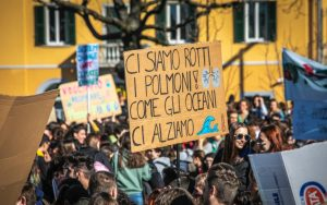 Studenti durante lo Sciopero per il clima durante il giorno del fridaysforfuture, cambiamento climatico a Bergamo
