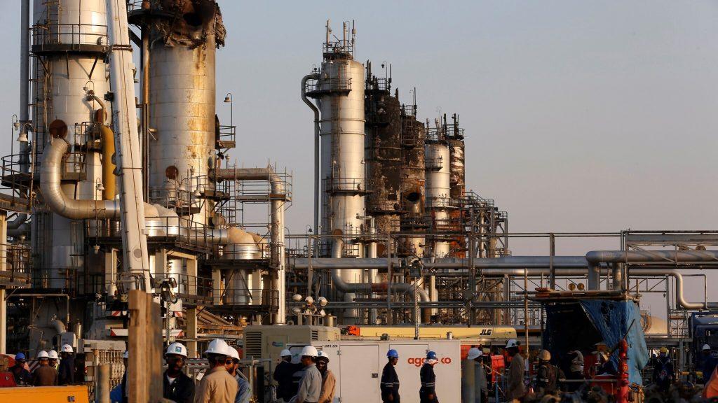 operai in una raffineria in Arabia Saudita
